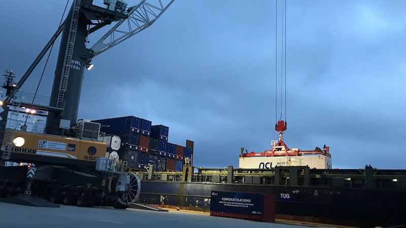 Container blir lasta ombord i Vega Vela. Foto - Bremnes Seashore