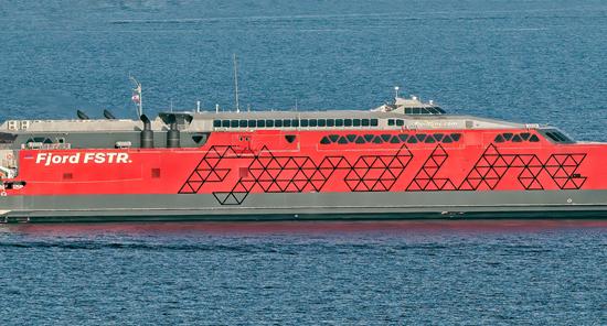 Fjord Lines nye hurtiggående katamaran, som også har mulighet til å frakte tungtransport, vil sørge for 32 prosent reduksjon i CO2-utslipp per passasjerkilometer, sammenlignet med tidligere.