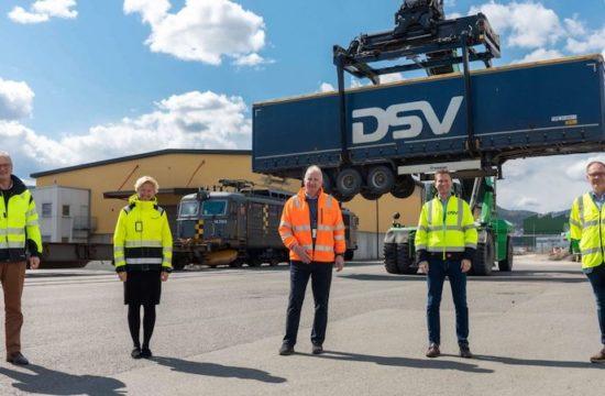 UNIKT MILJØ-SAMARBEID: Disse fem aktørene har nå inngått et samarbeid og et felles løft på Drammen havn som gir en skikkelig miljøgevinst som resultat. Fra venstre: Havnedirektør ved Drammen havn; Einar Olsen, administrerende direktør i Norgips; Hilde Kristin Herud, branch manager hos Greencarrier; Terje Alm, administrerende direktør i DSV Road AS i Norge; Rune Berg Stiansen og salgs- og markedsdirektør i CargoNet; Knut Brunstad.