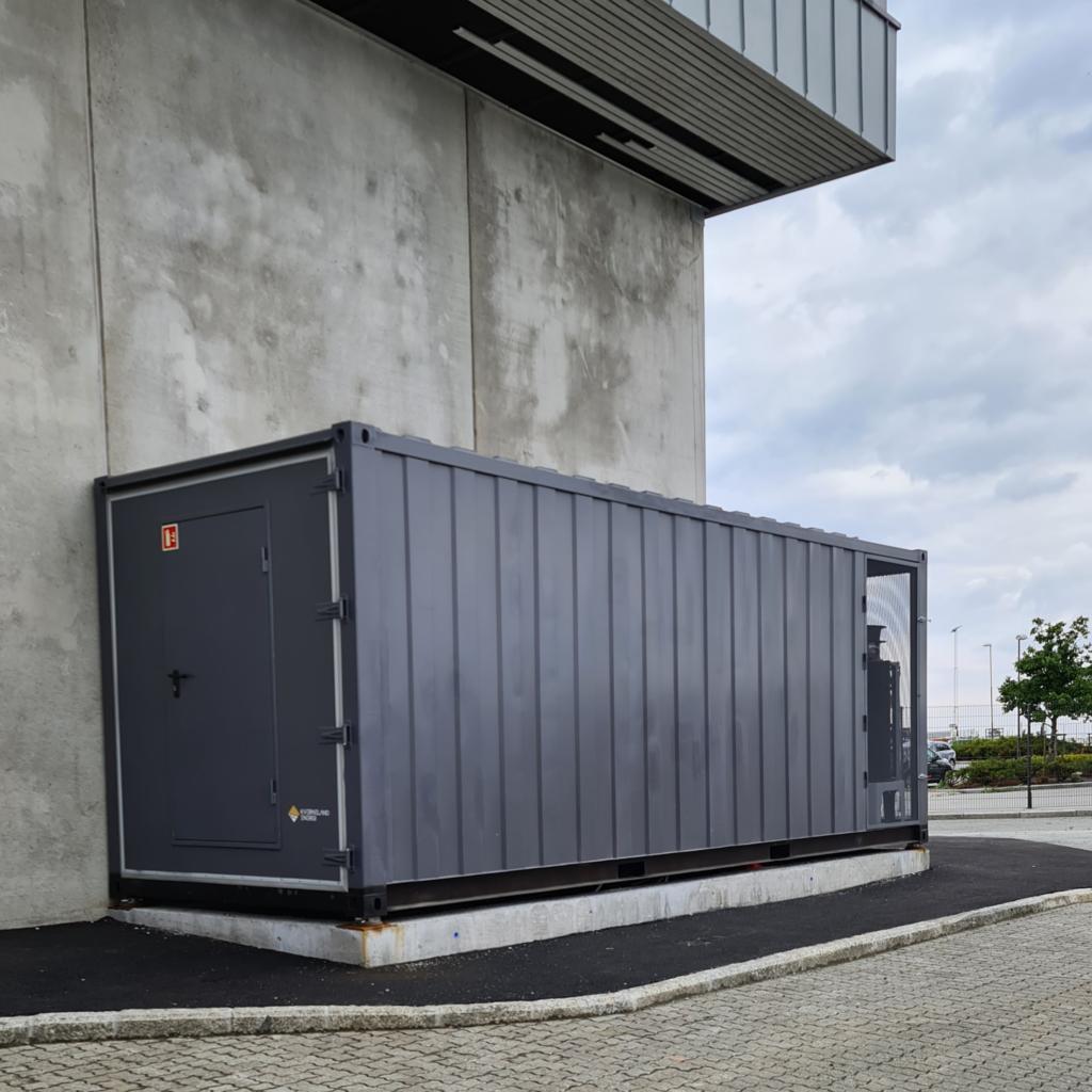 Utenfor Utenriksterminalen i Stavangerregionen Havn er det installert en container fylt med battericeller for å lagre strøm som ikke brukes med en gang. Dermed utvider havna evnen til å forsyne seg selv med strøm.
