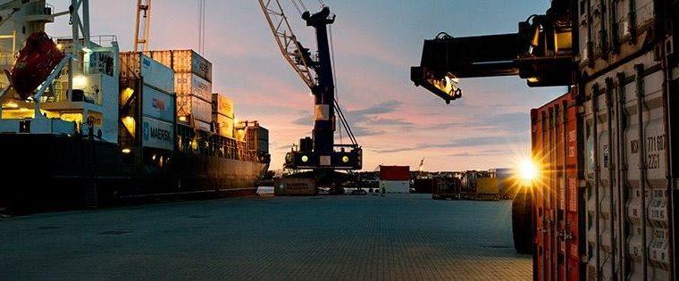 Lastebåt i solnedgang ved Stavangerregionen havn
